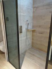 Perfect Cérame - Orvault - Salle de bain Haut de Gamme - Douche avec paroi fumée